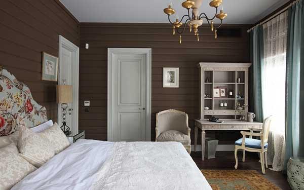 кровать на линии с окном и дверью