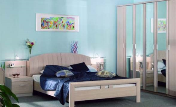 кровать против зеркала
