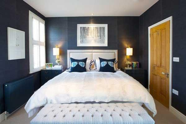 кровать в небольшой комнате