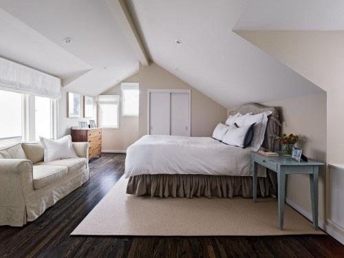 кровать под наклонным низким потолком