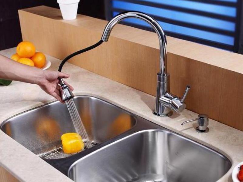 Достоинства выдвижного излива в кухонных смесителях