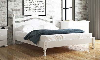 Белая кровать в интерьере спальной комнаты