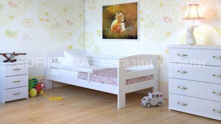 Белая кровать без планок от стены